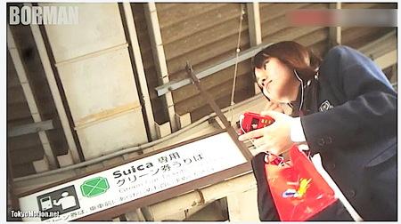 【パンチラ】水玉パンツ!電車の駅で可愛い美少女を発見!ローアングル逆さ撮り!