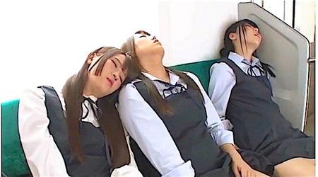 【jk】爆睡するJK!無防備すぎるのでパンチラを隠し撮り!