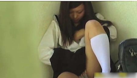 【個人撮影】おしっこオナニー!可愛い美少女が放課後に発情していた!