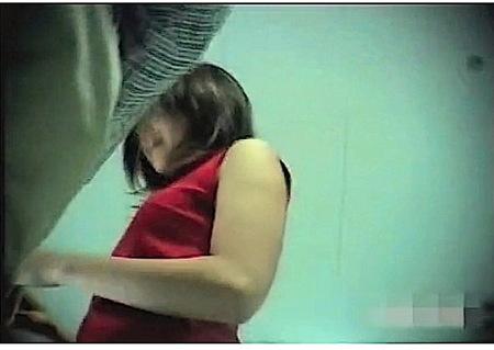 【個人撮影】ミニスカ店員!可愛い美少女をローアングル逆さ撮り!