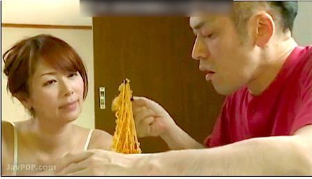【ヘンリー塚本】デカパイ奥さまが近親相姦息子にチキンラーメンを作って食わせる!翔田千里
