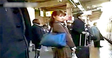 【jk】電車の中で痴漢!可愛い美少女が感じすぎてお漏らし!