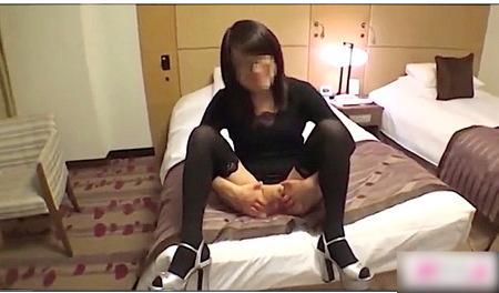【個人撮影】眼鏡のM女!不倫相手にオメコを広げて見せる!