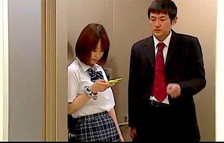 【篠田ゆう】JKプリ尻!エレベーターの扉に挟まれて動けないロリータ!