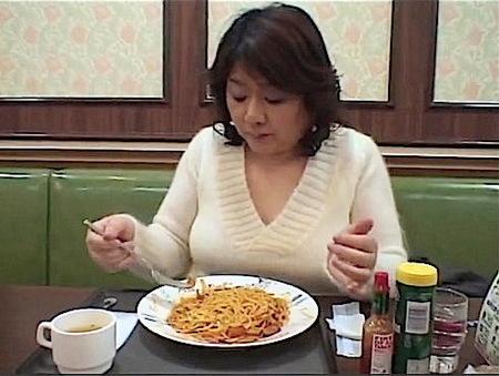 【熟女ナンパ】五十路熟女!見るからにただのおばさんがスパゲティーを食って初撮りAV!