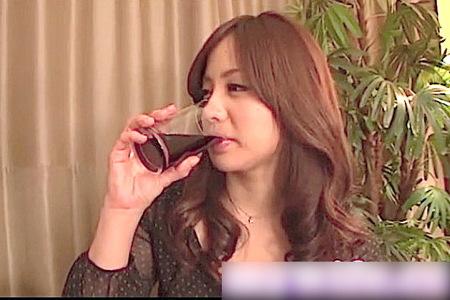 【人妻ナンパ】舞ワイフ!ほろ酔い奥が二人の男と不倫!新山里奈