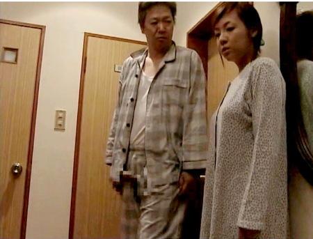 【ヘンリー塚本】おチンチン出ているわ!義父が夜這いしてくる!坂上友香