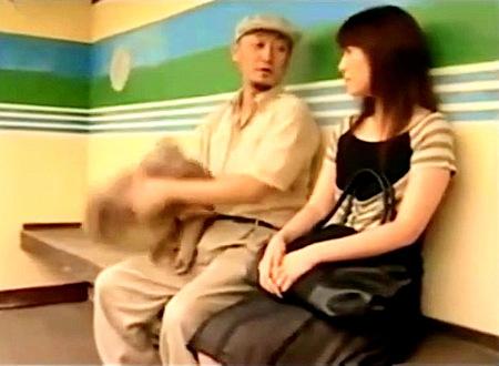 【ヘンリー塚本】バス停で!近所のおっさんに口説かれた奥さま!