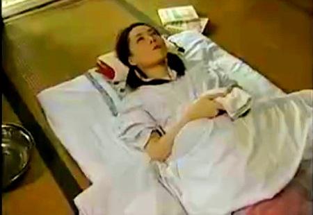 【ヘンリー塚本】嫁の連れ子!可愛い美少女が風邪で寝ているとお父さんがファック!