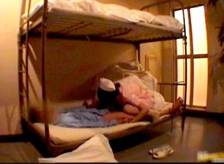 【病院】ドスケベな看護婦!二段ベットで患者をフェラチオ!