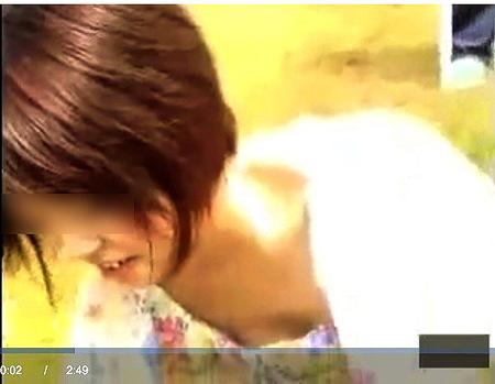 【胸チラ】ショートカットのお姉さん!屋外で胸元を隠し撮り!