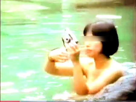 【風呂】露天風呂で記念撮影の女子大生たち!カメラ持ち込みオーケーの時代でした!