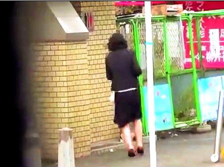 【おしっこ】我慢の限界!公衆トイレにかけこんでおしっこ!