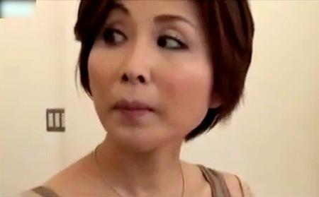 【ヘンリー塚本】コンビニエンスストアで万引き人妻を捕獲!パイパンでした!