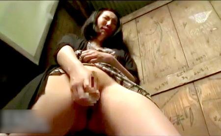 【ヘンリー塚本】郊外の木製トイレ!壁の穴からおチンチンをフェラチオ!