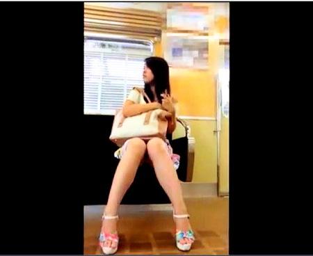 【パンチラ】電車の向かいの席!ミニスカート美人がパンチラ!