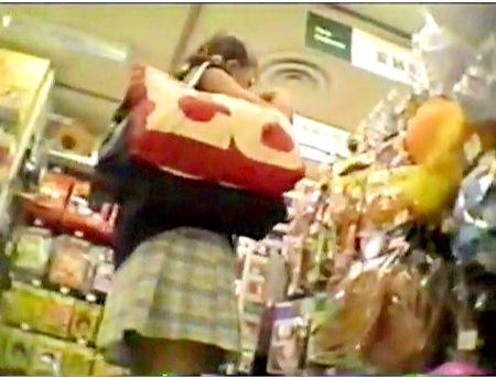 【パンチラ】背後から!デパートでミニスカートの可愛い美少女を逆さ撮り!