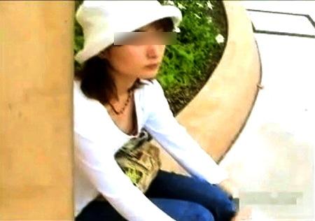 【胸チラ】わくわく乳首探訪!街頭で休んでるポロリ奥さま!