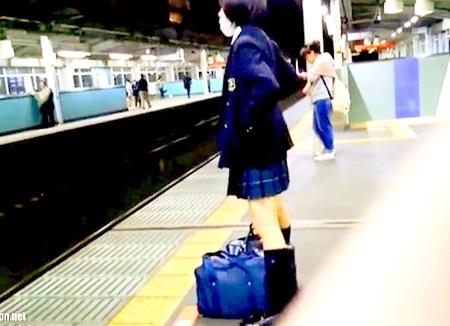 【パンチラ】見ての通り可愛すぎる美少女JK!駅でパンティ逆さ撮り!