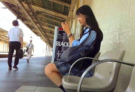 【パンチラ】女子高生達!駅で可愛い美少女のパンティ盗撮!