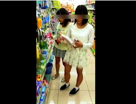 【パンチラ】美少女二人組!買い物中に逆さ撮りパンティ!