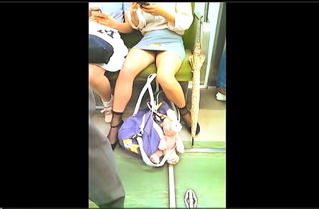 【パンチラ】奇跡的お宝!可愛い美少女の電車パンティ盗撮!