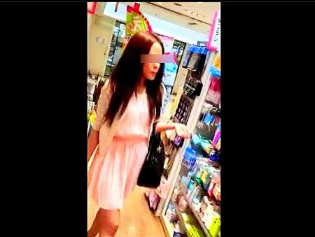 【個人撮影】ヤバイやつが店でミニスカートお姉さんをパンティ隠し撮り!