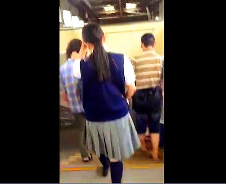 【パンチラ】JKカワイイ!大胆な盗撮カメラマンがスカートめくり!