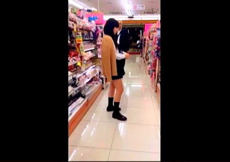 【パンチラ】水玉パンツ!可愛い美少女ロリータを店内でローアングル逆さ撮りパンティ隠し撮り盗撮!