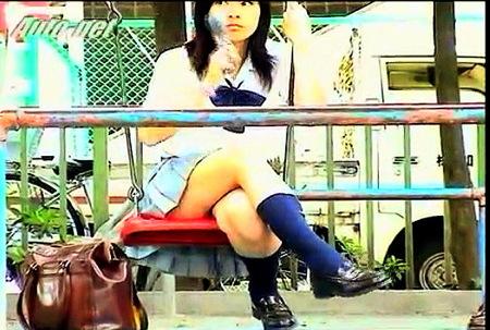 【盗撮】無警戒な人々!電話中の女子高生パンチラ!