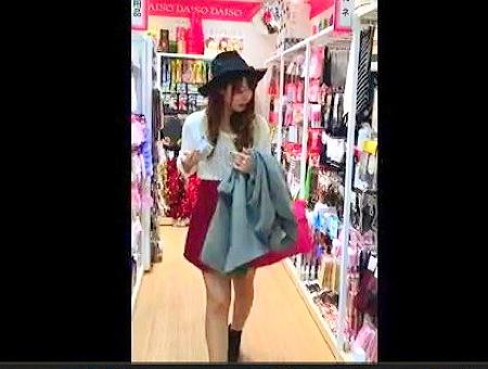 【パンチラ】おしゃれな可愛い美少女!パンティを隠し撮り盗撮ローアングル!