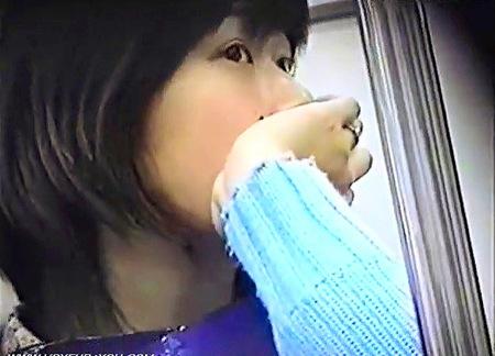 【パンチラ】電車の対面シート!スカートの中を盗撮隠し撮り!