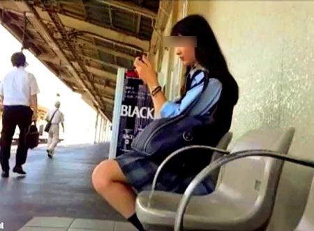 【パンチラ】JKの純白パンティ!電車でスカートめくり隠し撮り盗撮!
