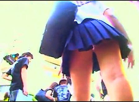 【パンチラ】JKパンチラ!大胆なミニスカートすぎる制服をローアングル逆さ撮り!