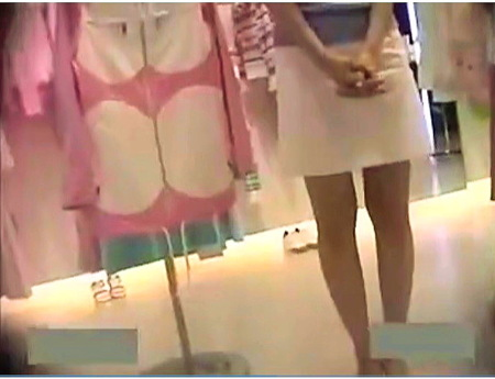 【パンチラ】アパレル店員!モデル級の美人の下着をローアングル逆さ撮り!