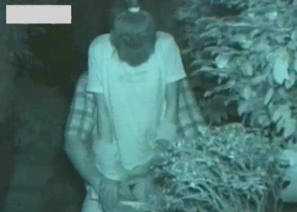 人妻の盗撮無料hamedori動画。盗撮人妻が夜の公園で股間をいじられています!公園盗撮動画です!