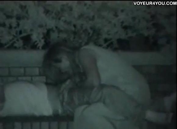 女子大生の盗撮無料エロハメ撮り動画。[盗撮]ベンチでフェラチの女子大生!公園盗撮動画です!