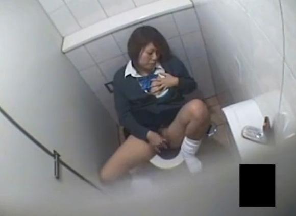 トイレにて、制服のOLの盗撮無料主観動画。[盗撮]制服のOLはトイレで発散!オナニー盗撮動画です!