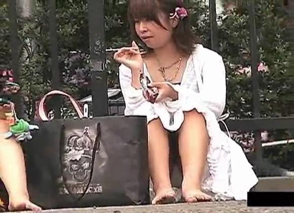 盗撮無料syukan動画。盗撮街角でしゃがんで雑談していたらパンツを盗撮された!パンチラ盗撮動画です!