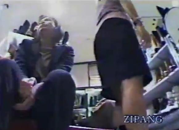 ミニスカのギャルのパンチラ無料syukan動画。盗撮ミニスカートギャルがしゃがんでパンツが見えてる!パンチラ盗撮動画です!