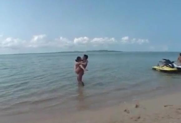 ビーチにて、カップルの駅弁無料主観動画。[盗撮]南の島の砂浜で駅弁のカップル!ビーチ盗撮動画です!