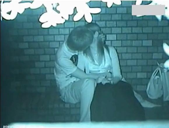 盗撮無料エロハメ撮り動画。[盗撮]若い会社員がベンチでエッチしてる!公園盗撮動画です!