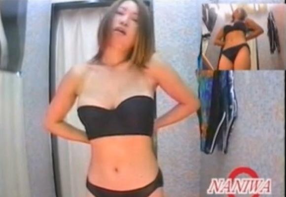 更衣室にて、ビキニの女子大生の盗撮無料エロハメ撮り動画。盗撮セクシーなビキニを試着する女子大生!更衣室盗撮動画です!