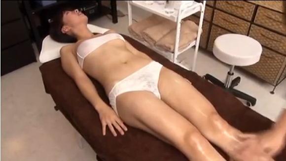 爆乳のモデルの盗撮無料エロハメ撮り動画。[盗撮]爆乳モデルがエステで悶絶!マッサージ盗撮動画です!