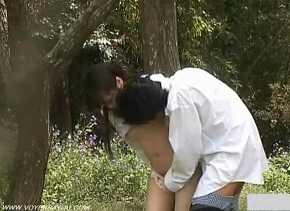 カップルの盗撮無料エロハメ撮り動画。[盗撮]だいたんな発情カップルが森林で立ちマン!公園盗撮動画です!