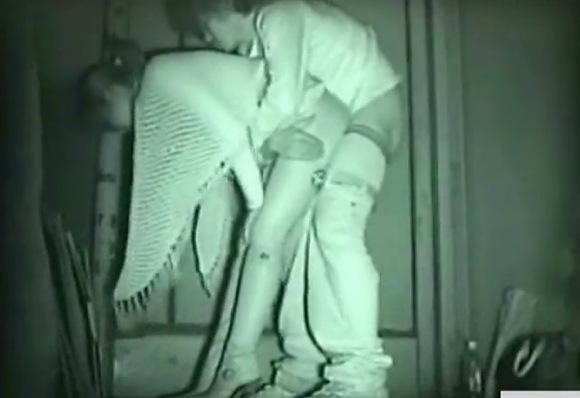 美人の盗撮無料主観動画。盗撮若い美人とアウトドアで交尾!公園盗撮動画です!