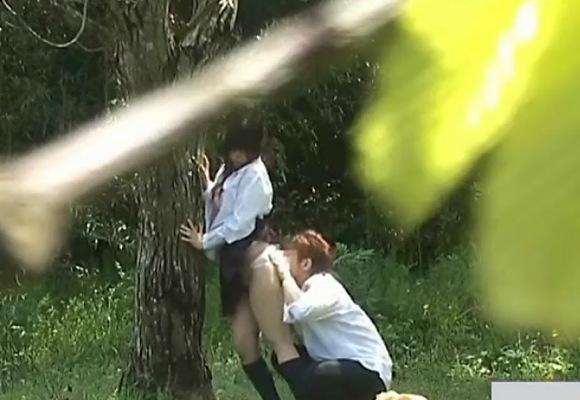 巨尻の彼女の盗撮無料主観動画。盗撮彼女の巨尻を舐めてバックで立ちマン!公園盗撮動画です!