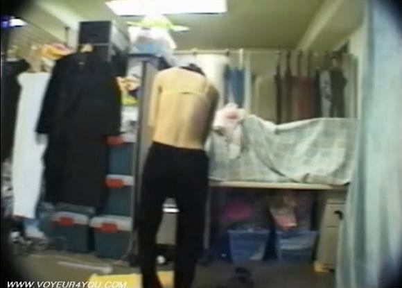 更衣室にて、女子大生の盗撮無料syukan動画。盗撮隣のアパートの女子大生の寝室!更衣室盗撮動画です!