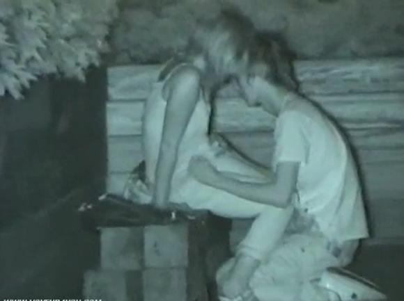 クンニ無料ハメ撮り動画。盗撮真夜中に公園でクンニしてみた!セックス盗撮動画です!