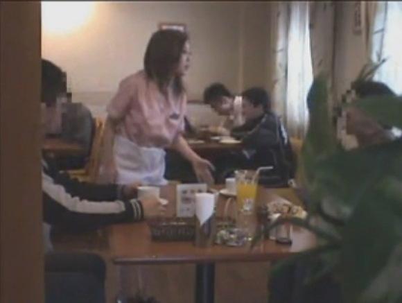 ウェイトレスの盗撮無料エロハメ撮り動画。[盗撮]ファミレスでウェイトレスのパンツが見えた!パンチラ盗撮動画です!